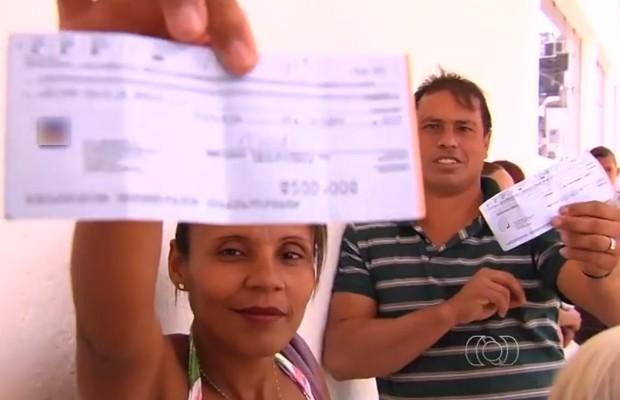 Trabalhadores reclamam que receberam cheques sem fundo como pagamento por serviços na campanha eleitoral, em Goiânia, Goiás (Foto: Reprodução/TV Anhanguera)