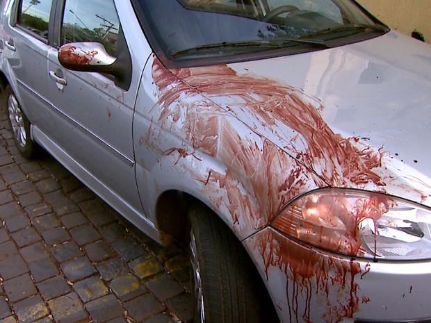 Marcas de sangue ficaram no carro do motorista Jean Carlos da Silva (Foto: Luciano Tolentino/EPTV)