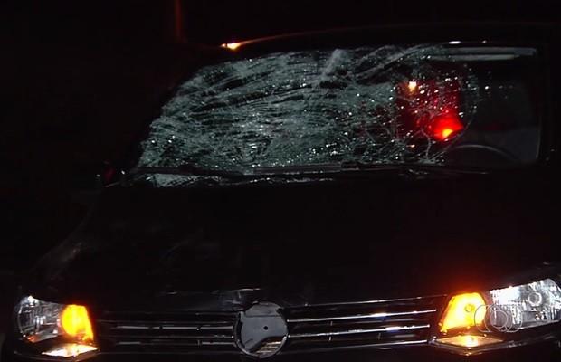 Carro ficou com as marcas do atropelamento na GO-537, entre Goiânia e Senador Canedo, em Goiás (Foto: Reprodução/TV Anhanguera)