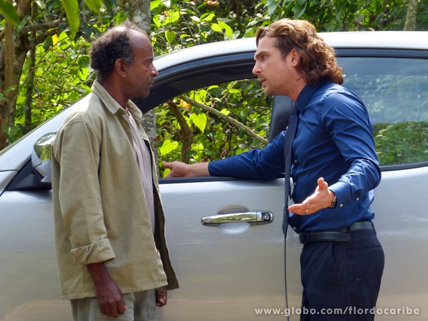 Silvestre dá todas as informações para o milionário (Foto: Flor do Caribe/TV Globo)