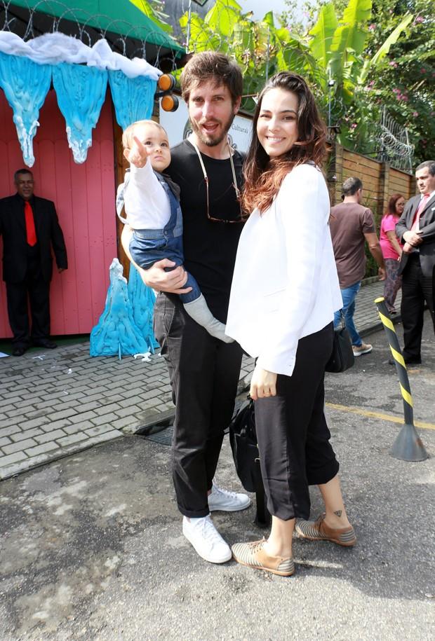 Tainá Müller foi com o marido, Henrique Sauer, e o filho, Martin (Foto: Dilson Silva/ Agnews)