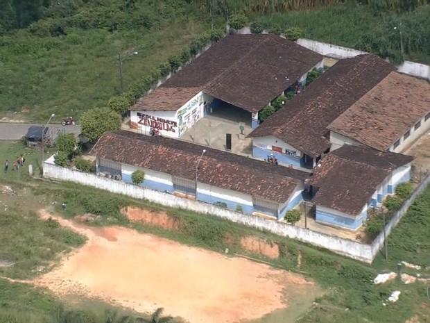 Campo de futebol fica no local onde deveria exisistir uma quadra coberta em Escada (Foto: Reprodução TV Globo)