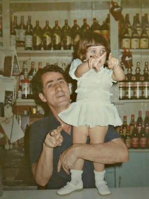 Pai e filha no Bar do Armando na década de 70 (Foto: Arquivo Pessoal)