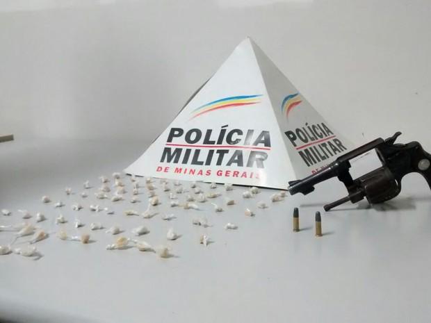 Pedras de crack e revólver foram apreendidos no bairro Nossa Senhora das Graças (Foto: Polícia Militar/Divulgação)