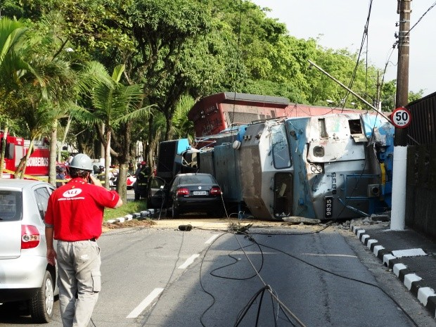 Veículo ficou encurralado entre o canteiro central e o trem (Foto: Roberto Strauss/G1)