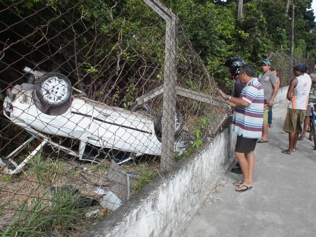 Veículo capota, destroi a mureta e cai na Mata do Buraquinho na Avenida Pedro II, em João Pessoa (Foto: Walter Paparazzo/G1)