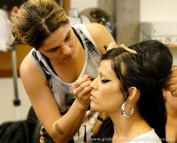 Maquiagem e penteado ajudam a compor o visual (Foto: Domingão do Faustão / TV Globo)