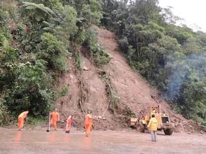 Funcionários trabalham para liberação da Rodovia Mogi-Bertioga. (Foto: Pedro Carlos Leite/G1)