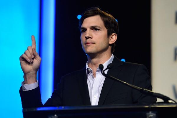 Além de galã, Ashton Kutcher também é muito inteligente. Antes de emplacar a carreira em Hollywood, o ator tinha conseguido uma bolsa de estudos no MIT, o Instituto de Tecnologia de Massachusetts, um dos melhores do mundo. (Foto: Getty Images)