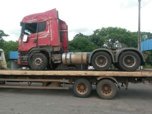 Ônibus bateu em caminhão tombado na BR-153 (Foto: PRF/Divulgação)
