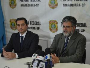 Promotor e delegado da Polícia Federal de Araraquara em coletiva de imprensa (Foto: Felipe Turioni/G1)