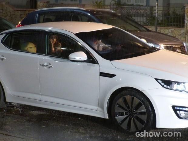 Clara ao telefone em seu carro com motorista particular (Foto: Malhação / TV Globo)