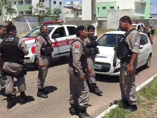 Vários carros da Polícia Militar participaram da ação que resultou na prisão dos três suspeitos (Foto: Walter Paparazzo/G1)
