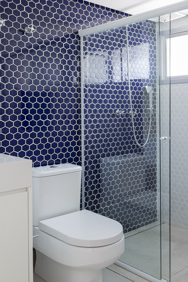 BANHEIRO | Revestido com porcelanato Sixties White e Blue, medida 30 x 30 cm, da Decortiles, à venda na Portoro. Gabinete desenhado pelo escritório Tria Arquitetura (Foto: Julia Ribeiro/Divulgação)