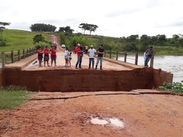 Ponte caiu e indíos ficaram ilhados (Foto: Charles Bueno/Jornal Espalha Fatos)
