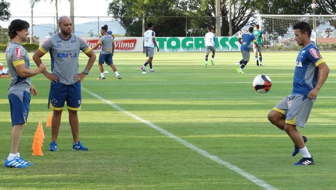Henrique trabalha com os fisioterapeutas Charles Costa e Eduester Lopes (Foto: Marco Antônio Astoni - GloboEsporte.com)