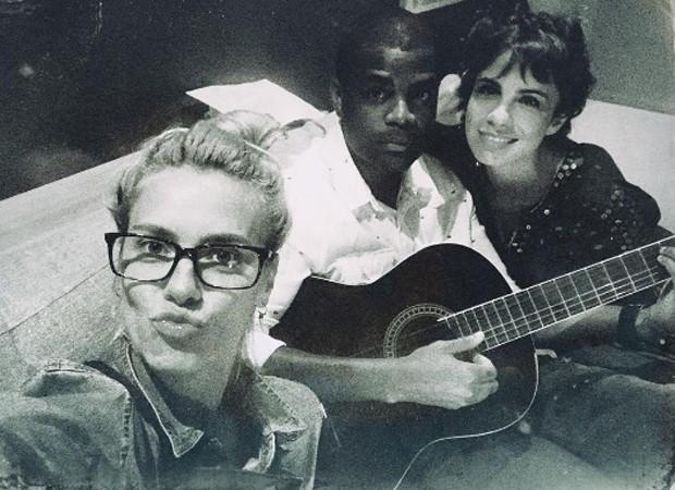 Carolina Dieckmann, Pretinho da Serrinha e Maria Ribeiro (Foto: Reprodução/Instagram)