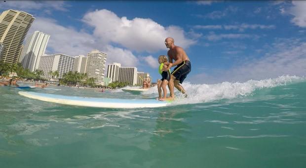 Leva o filho de carona na prancha, em Honolulu (Havaí). (Foto: Acervo pessoal)