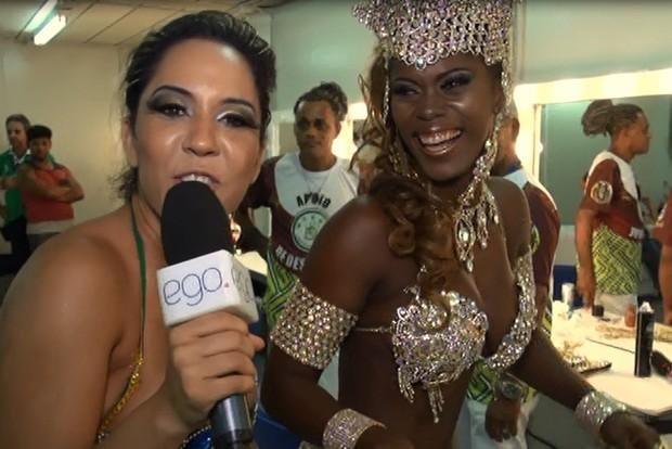 Mulher Melão confere os corpos das musas na Sapucaí (Foto: Léo Martinez/EGO)