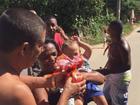 Zeca Pagodinho distribui ovos de Páscoa e presentes em Xerém