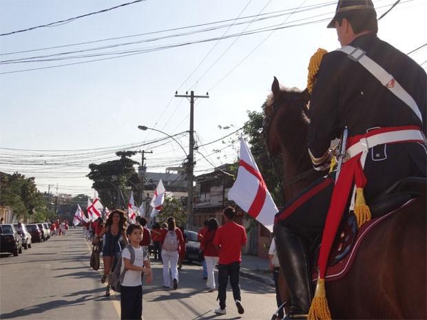 Morena corre atrás de Júnior que está encantado com o cavalo de Théo (Foto: Salve Jorge/TV Globo)