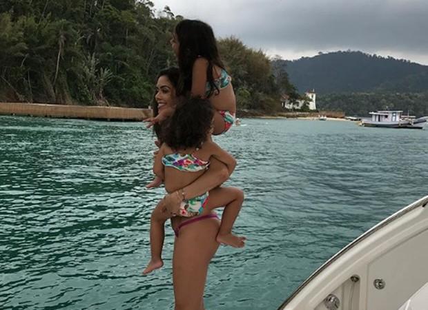 Daniela Albuquerque com as filhas Alice e Antonella (Foto: Reprodução/Instagram)