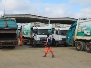 Servidores da coleta de lixo de Campina Grande chegam pra trabalhar às 6h30.  (Foto: Artur Lira/G1)