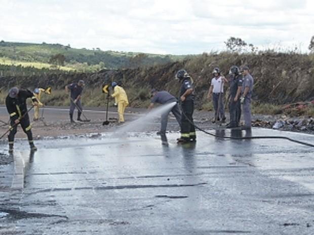 Bombeiros limparam o local do acidente (Foto: Reprodução/TV TEM)