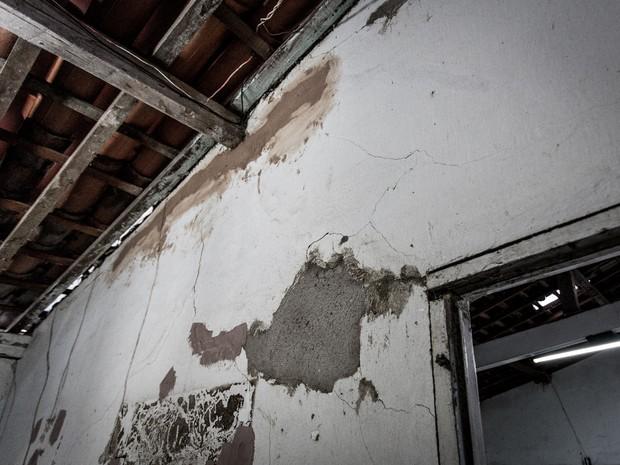 Paredes de residência ficou com diversas rachaduras após acidente (Foto: Jonathan Lins/ G1)