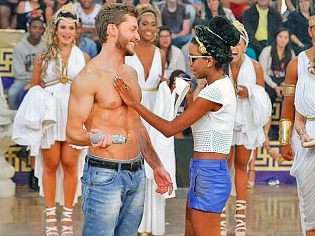 Klebber Toledo fica sem camisa no palco do Esquenta! (Foto: Esquenta / TV Globo)