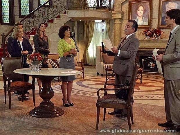 Desconfiado, Otávio checa papéis (Foto: Guerra dos Sexos / TV Globo)
