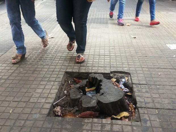 Pedestres se aproximam de obstáculo em calçada na Avenida 1 de Junho (Foto: Ricardo Welbert/G1)