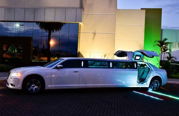 Carro transformado em limusine tem portas 'asa de gaivota' (Foto: Vertical Imagens)