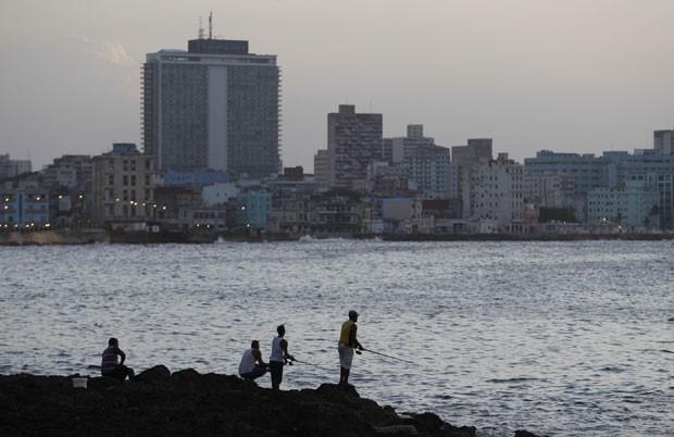 Homens pescam no centro de Havana (Foto: AFP)