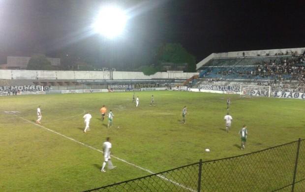 Gramado do Baenão não ajudou os jogadores de Leão e Lusa (Foto: Brenno Rayol/TV Liberal)