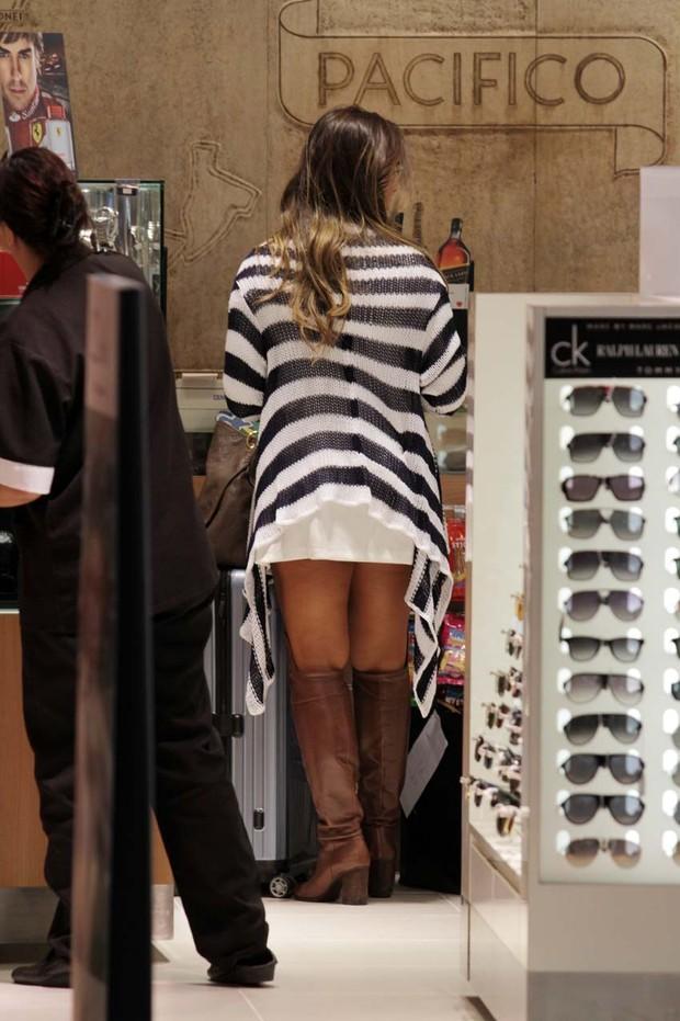 Nicole Bahls no aeroporto (Foto: Orlando Oliveira / AgNews)