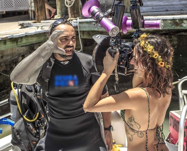 Isis Valverde brinca com o equipamento e com a equipe do programa (Foto: Gshow)