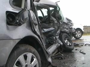 Duas pessoas morrem após batida lateral na BR-101, em Cruz das Almas (Foto: Reprodução/TV Bahia)