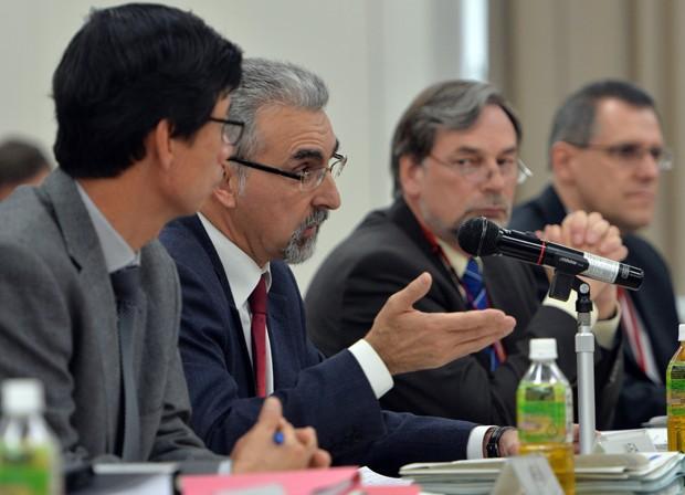 Juan Carlos Lentijo fala com funcionários do governo japonês e representantes da TEPCO nesta segunda-feira (25) (Foto: Yoshikazu Tsuno/ AFP)