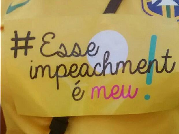Manifestantes usam adesivos defendendo o impeachment de Dilma em ato em Fortaleza (Foto: Lena Sena/G1)