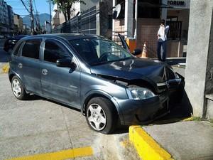 Motorista atinge traseira de carro e foge em Nova Friburgo