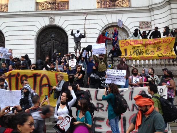 Manifestantes voltaram a ocupar a escadaria da Câmara Municipal do Rio de Janeiro (Foto: Isabela Marinho/G1)