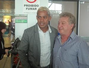Marcelinho Paraíba com o diretor de futebol do Papão, Antônio Cláudio Louro (Foto: Pedro Cruz/GLOBOESPORTE.COM)