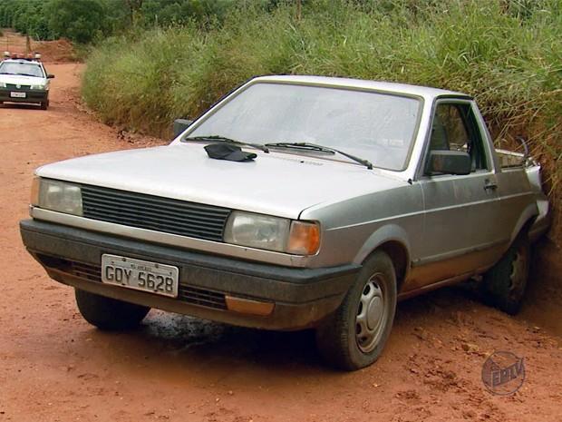 Suspeitos abandonaram carro na zona rural de Campos Gerais (Foto: Reprodução EPTV)