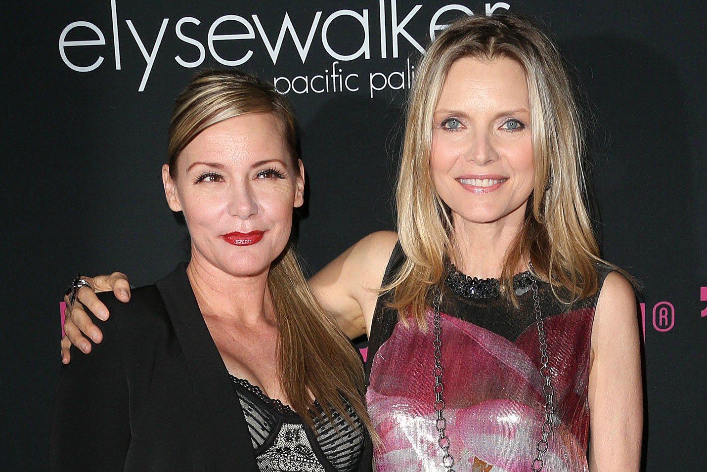 Michelle Pfeiffer (à dir.), de 56 anos, tem uma irmã mais nova que também é atriz: Dedee Pfeiffer, de 50 anos. (Foto: Getty Images)