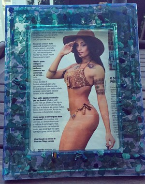Aline Riscado recebeu um porta-retrato com uma revista com ela na capa de Miele pelo correio (Foto: Arquivo Pessoal)