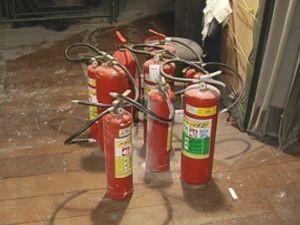 Funcionários usaram os extintores do teatro para apagar o fogo (Foto: reprodução/TV Tem)