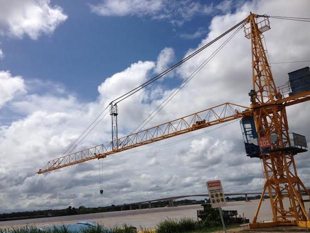 Um dos pontos de operações do Porto é formado por gruas que transportam  produtos como açúcar, óleo e leite. (Foto: Suzi Rocha/G1)