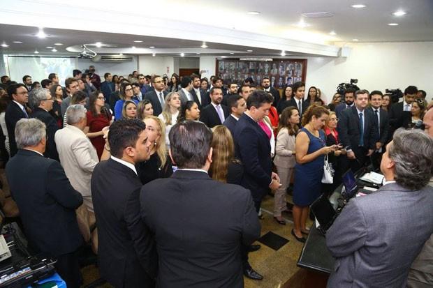 Cerca de 200 advogados se reuniram durante a tarde na sede da OAB-CE para manifestar apoio à decisão da organização em pedir o impeachment da presidente Dilma Rousseff (Foto: G1)