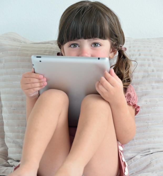 menina com tablet (Foto: Reprodução/Revista Crescer)